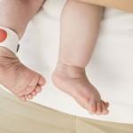 Brățara asta monitorizează starea bebelușului rapid și eficient