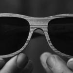 Ochelarii cu aspect de lemn sunt realizați din ziare reciclabile