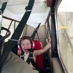 Vezi cum reacționează o fetiță de 4 ani în timpul primelor acrobații cu avionul