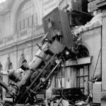 1895: Un tren zboară prin fațada exterioară a gării din Paris